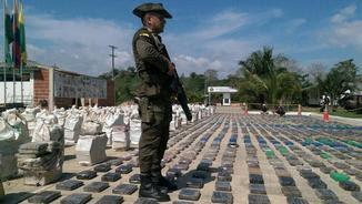 Un policia vigila els paquets amb les vuit tones de cocaïna (EFE)