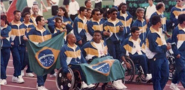 Luiz Cláudio (no centro e com a bandeira nacional no colo) participa do desfile dos atletas nos Jogos Paraolímpicos de 1984