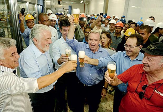 BRINDE O empresário Faria (ao centro, com o copo ao alto) celebra com petistas a inauguração de sua fábrica na Bahia (Foto: Valter Pontes/Secom)