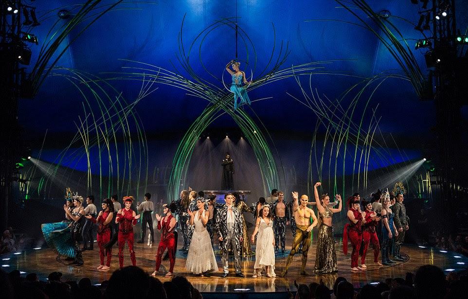O final mostra todo o elenco no palco com a deusa da lua pendurado acima deles, enquanto o conjunto detalhado também adiciona uma qualidade temperamental para o show