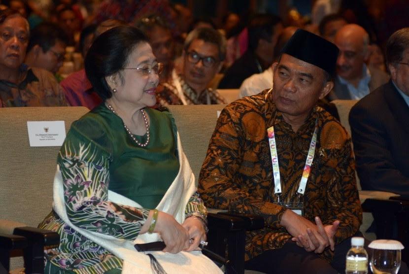 Menteri Pendidikan dan Kebudayaan Muhadjir Effendy (kanan) berbincang dengan Presiden RI ke-5 Megawati Soekarnoputri saat pembukaan World Culture Forum 2016 di Nusa Dua, Bali, Kamis (13/10).