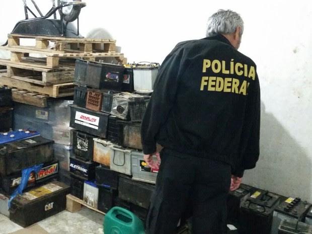 Mais de 10 baterias usadas foram apreendidas pelos policiais  (Foto: Divulgação / PF)