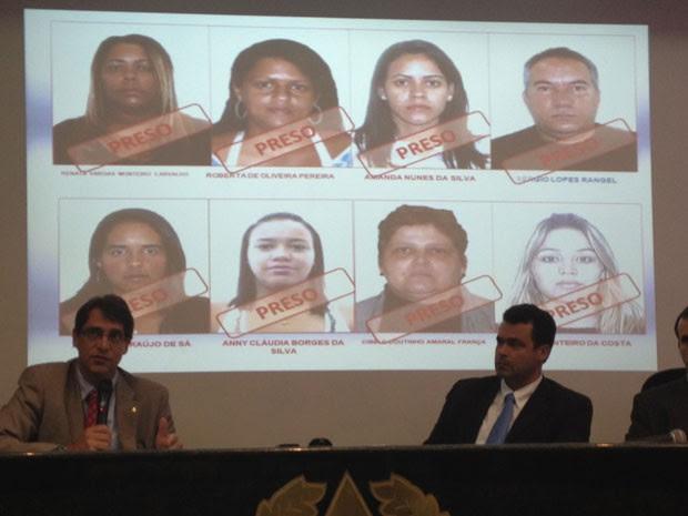 Integrantes da Operação Asfalto Sujo apresentam fotos dos detidos  (Foto: Matheus Giffoni/G1)