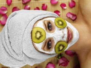MODEL RELEASED Young woman with face mask at spa, portrait