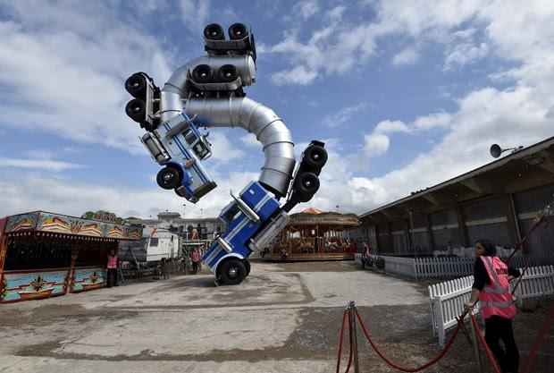 Caminhões retorcidos ligados por suas composições no ar formam escultura de Banksy na 'Dismaland', em Weston-Super-Mare (Foto: Toby Melville/Reuters)
