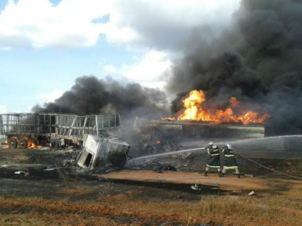 Carretas bateram de frente e pegaram fogo na BR-163 (Foto: Claudemir de Oliveira/Mutum Notícias)