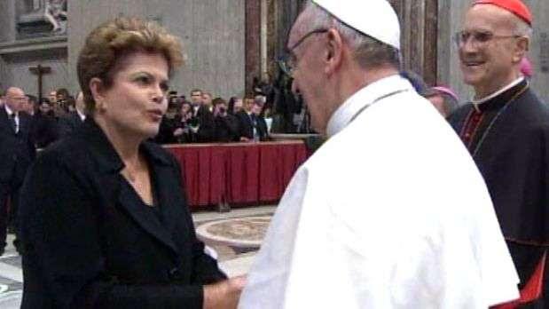 Dilma cumprimenta Papa Francisco após missa inaugural