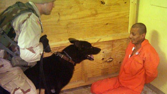 Una de las fotografías que dieron las vuelta al mundo tomadas por los soldados estadounidenses en Abu Ghraib, Iraq.