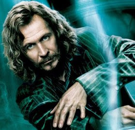 """Em Harry Potter, o personagem chamado Sirius Black é mais provável uma referência a Sirius B. (o """"mais escuro"""" estrela do sistema binário de Sirius).  Ele é o padrinho de Harry Potter, o que torna Sirius, mais uma vez, um professor e um guia.  O assistente pode se transformar em um grande cão preto, uma outra ligação com a """"estrela do cão""""."""
