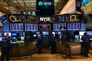 Pocos minutos después de iniciada la jornada de contrataciones en el parque neoyorquino, el índice Dow Jones de Industriales retrocedía un 0,12 % (-18,17 puntos) hasta ubicarse en las 14.918,07 unidades. EFE/Archivo