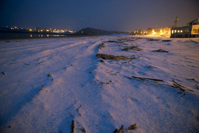 Playa de la Concha, en la localidad cántabra de Suances cubierta de nieve a primera hora de hoy