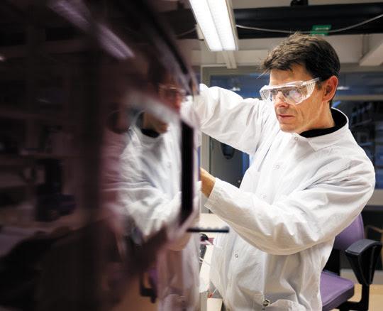 의료기기를 점검하고 있는 GE헬스케어 엔지니어. 환자를 진단하는 의료기기가 스스로를 검진할 수준으로 진화하고 있다.