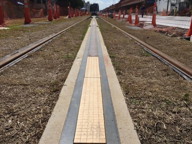 Trilhos do VLT são abastecidos pelo sistema APS  (Foto: Káthia Mello/G1)