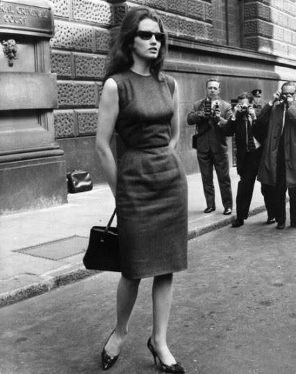 Christine Keeler fuera del Old Bailey abril 1963 primera