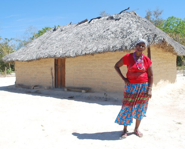 Dona Dainda posa na frente da sua casa (Foto: Mais Você/TV Globo)