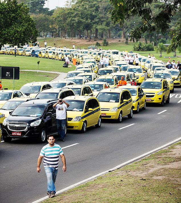 Motoristas de táxi protestam contra Uber no Aterro do Flamengo