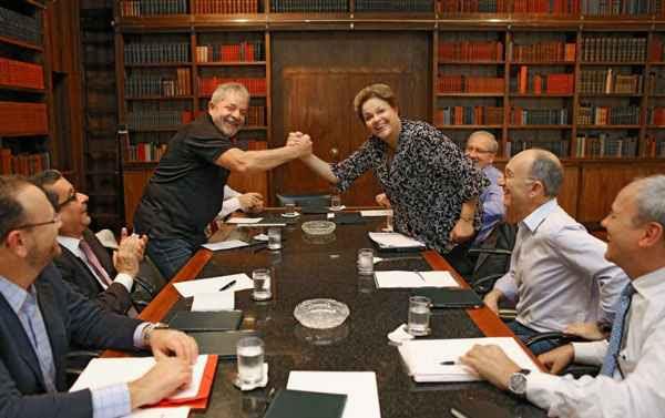 Lula e Dilma posam no Palácio do Alvorada: os sorrisos na fotografia contrastam com a tensão do PT. Foto: Ricardo Stuckert/Instituto Lula (Ricardo Stuckert/Instituto Lula)