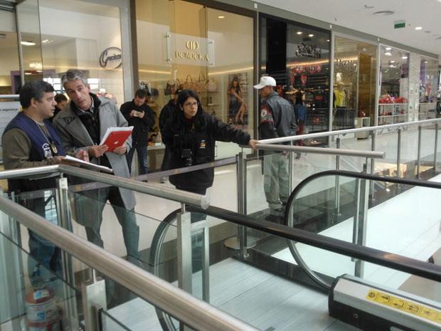 Escada rolante passa por perícia em Canoas (Foto: Ivani Schütz/RBS TV)