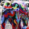 Pedestre na Paulista passa ao lado de uma das esculturas da Elephant Parade