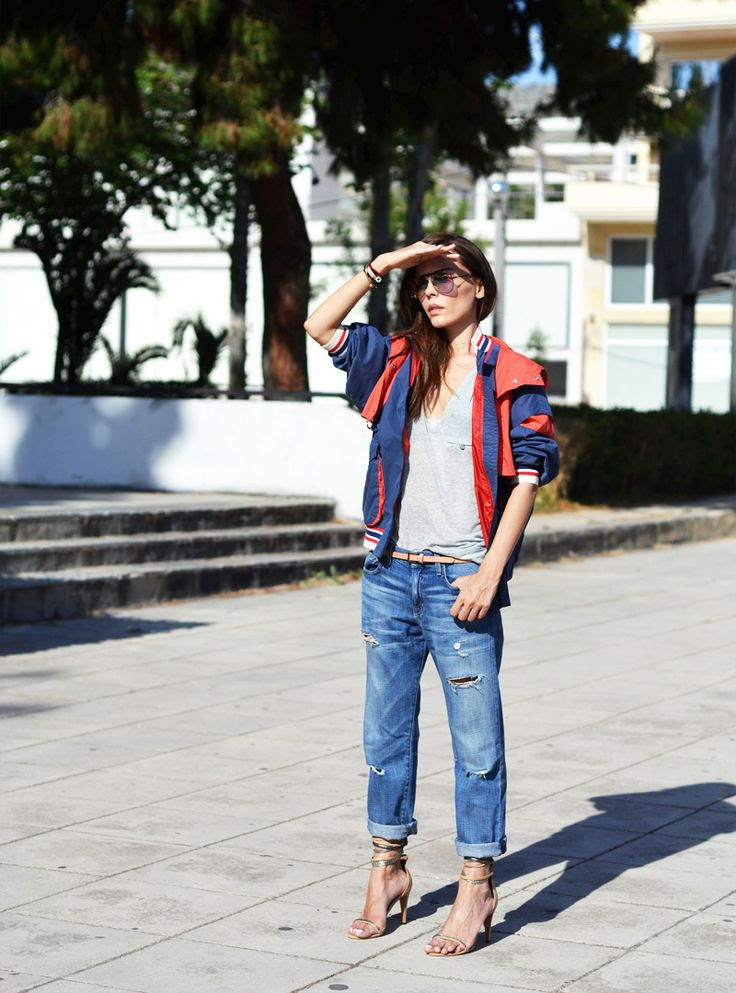 How to wear boyfriend jeans during summer: pair distressed denim with pretty, minimalist sandals.