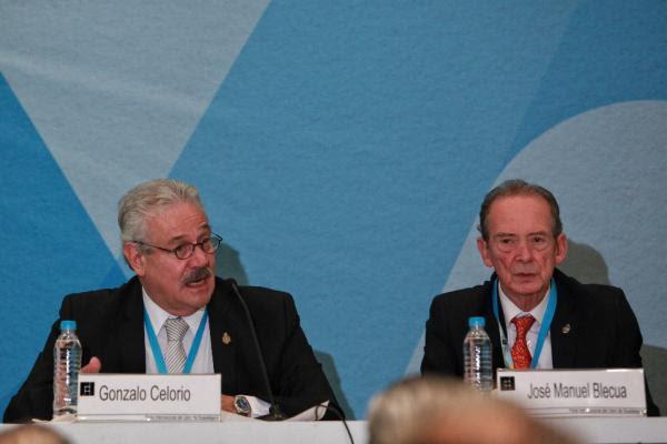 Gonzalo Celorio (i) y José Manuel Blecua (d) participan en el acto conmemorativo. Foto: ©EFE/Sáshenka Gutiérrez