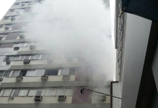 Incêndio atingiu apartamento em Ipanema na manhã deste domingo (1º). (Foto: Luciana Andreatta / Arquivo Pessoal)