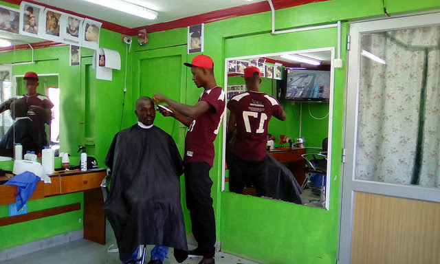 On Pingüinos Street, in the populous municipality of Estación Central, one of the two that has the largest number of migrants from Haiti in Santiago, a hairdresser from the Caribbean island nation has established a barber shop where people speak Creole and customers are fellow Haitians. Credit: Orlando Milesi/IPS