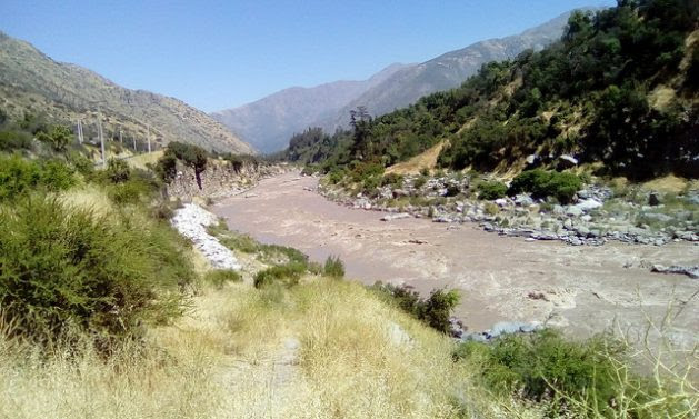 The Maipo River, where the Alto Maipo hydroelectric project is being built, flows down from the Andes range to Santiago and is vital to supply drinking water to the Chilean capital, a city of seven million people. Credit: Orlando Milesi / IPS