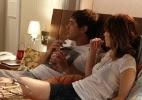 Espíritos atrapalha momento romântico entre Caíque e Laura em