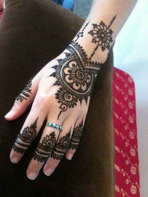 LOVE LOVE LOVE this simple mehndi design