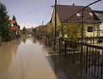 Rua alagada é vista em Dogose, na Eslovênia; o país sofre com as fortes chuvas e inundações