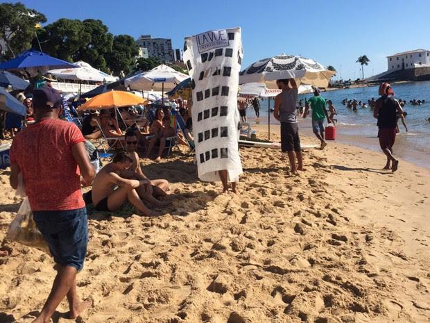 "Fantasia de ""La Vue"" surpreendeu turistas na orla de Salvador (Foto: Glauber Mateus/TV Bahia)"