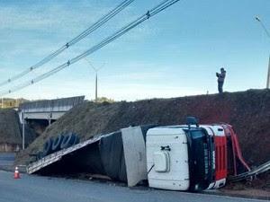 Caminhão caiu em barranco na Fernão Dias (Foto: Simone Silva/Vanguarda Repórter)