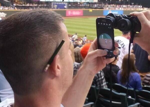 Turn binoculars into smartphone zoom lens.