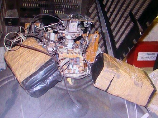 Segundo PH, havia 8,5 quilos de pasta-base de cocaína dentro de duas TVs (Foto: Divulgação / PF)