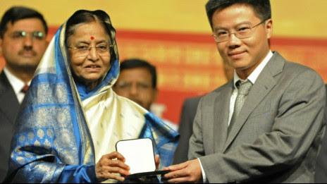Giáo sư Ngô Bảo Châu (phải) nhận giải Fields từ Tổng thống Ấn Độ năm 2010