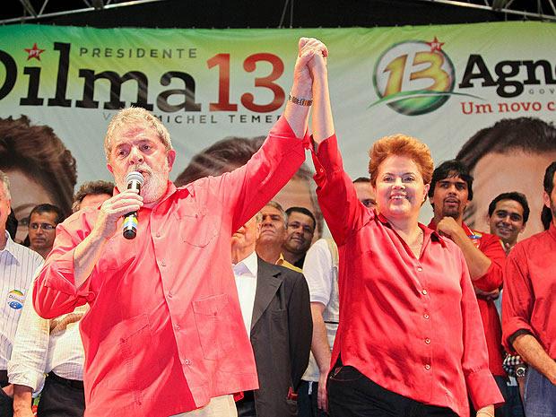 Dilma Rousseff com o presidente Lula durante comício em Brasília