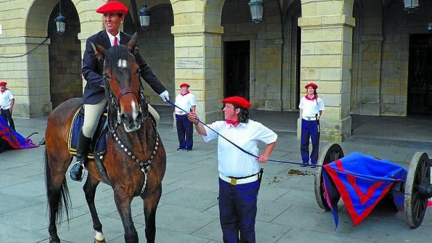 Plaza de San Juan. La general, Inma Landa, a punto de descubrir los cañones en la siempre bonita revista de Artillería.