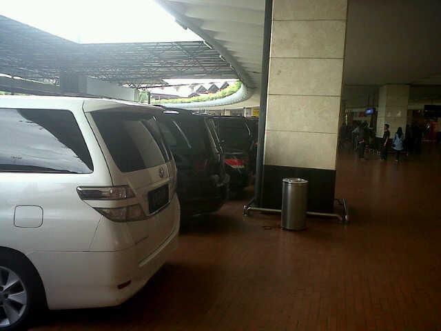 860+ Gambar Mobil Mewah Parkir HD