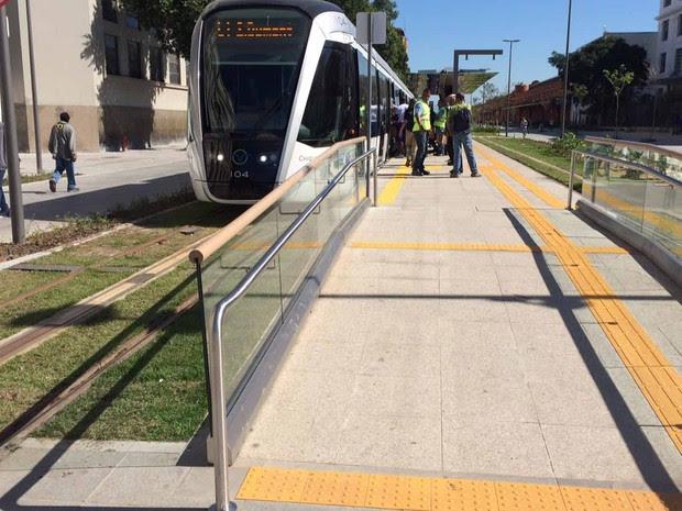 VLT é exemplo de transporte acessível, piso nivelado co plataforma, rampa, piso tátil, corrimão nas paradas  (Foto: Alba Valéria Mendonça/ G1)
