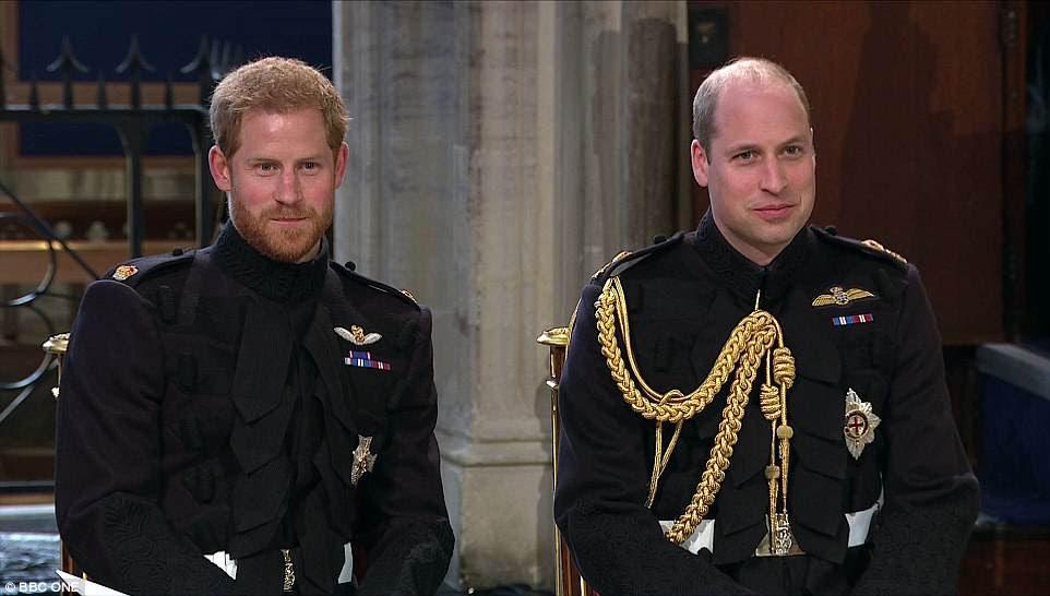 El príncipe Harry se sienta con su hermano y padrino, el duque de Cambridge, esperando la llegada de Meghan Markle