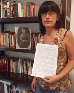 Isabel Cervera, ante la foto de su tío abuelo y con la denuncia que presenta este miércoles en la Embajada de Argentina en Madrid