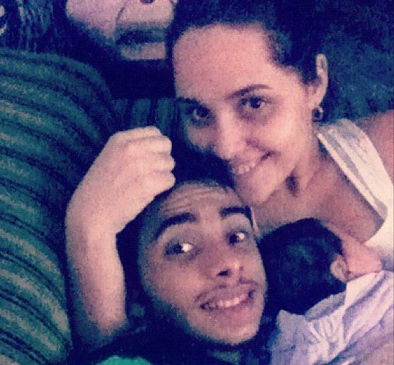 Cantora Perlla faz pose com a família / Divulgação/Twitter