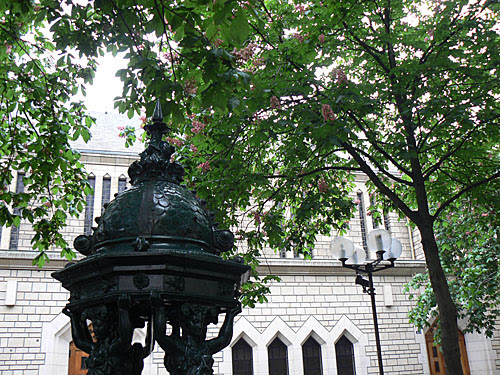 fontaine Wallace et marronniers roses.jpg