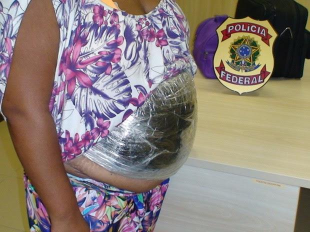 Mulher foi presa com barriga falsa em aeroporto (Foto: Divulgação/PF)