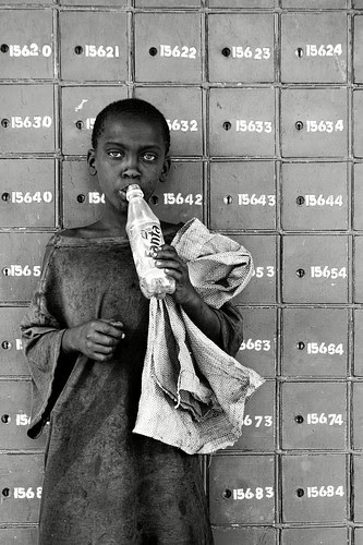 boy sniffing glue at post office, nakuru, kenya por Chris Lombardi