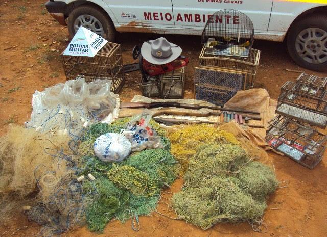 Materiais apreendidos foram levados para a Delegacia de Polícia Civil.  (Foto: Polícia Militar)