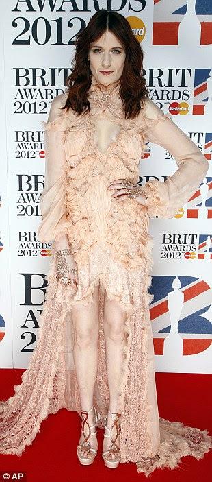 Onde é que a pele dela começar e começar o vestido?  Florence Welch mostra suas pernas pálidas neste vestido estilo mullet-bege