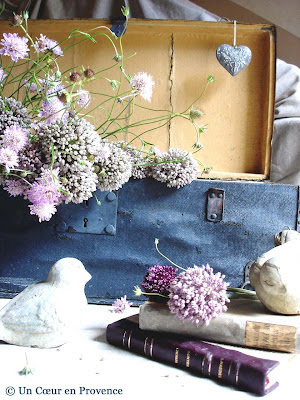 Decoration with old wooden trunk and bunch of wild garlic flowers