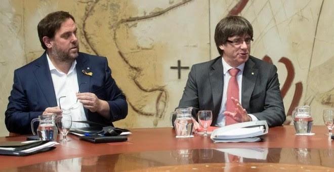 El vicepresidente Oriol Junqueras y el Presidente Carles Puigdemont en la reunión del govern de la Generalitat / EFE Marta Pérez